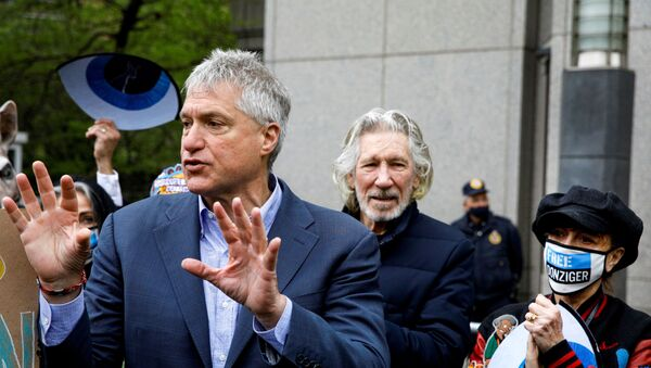 FILE PHOTO: Attorney Steven Donziger, who won a multi-billion dollar-judgment against Chevron on behalf of Ecuadorian villagers, speaks to supporters with Singer Roger Waters and actor Susan Sarandon, as he arrives for his criminal contempt trial at the Manhattan federal courthouse in the Manhattan borough of New York City, New York, U.S., May 10, 2021. - Sputnik International