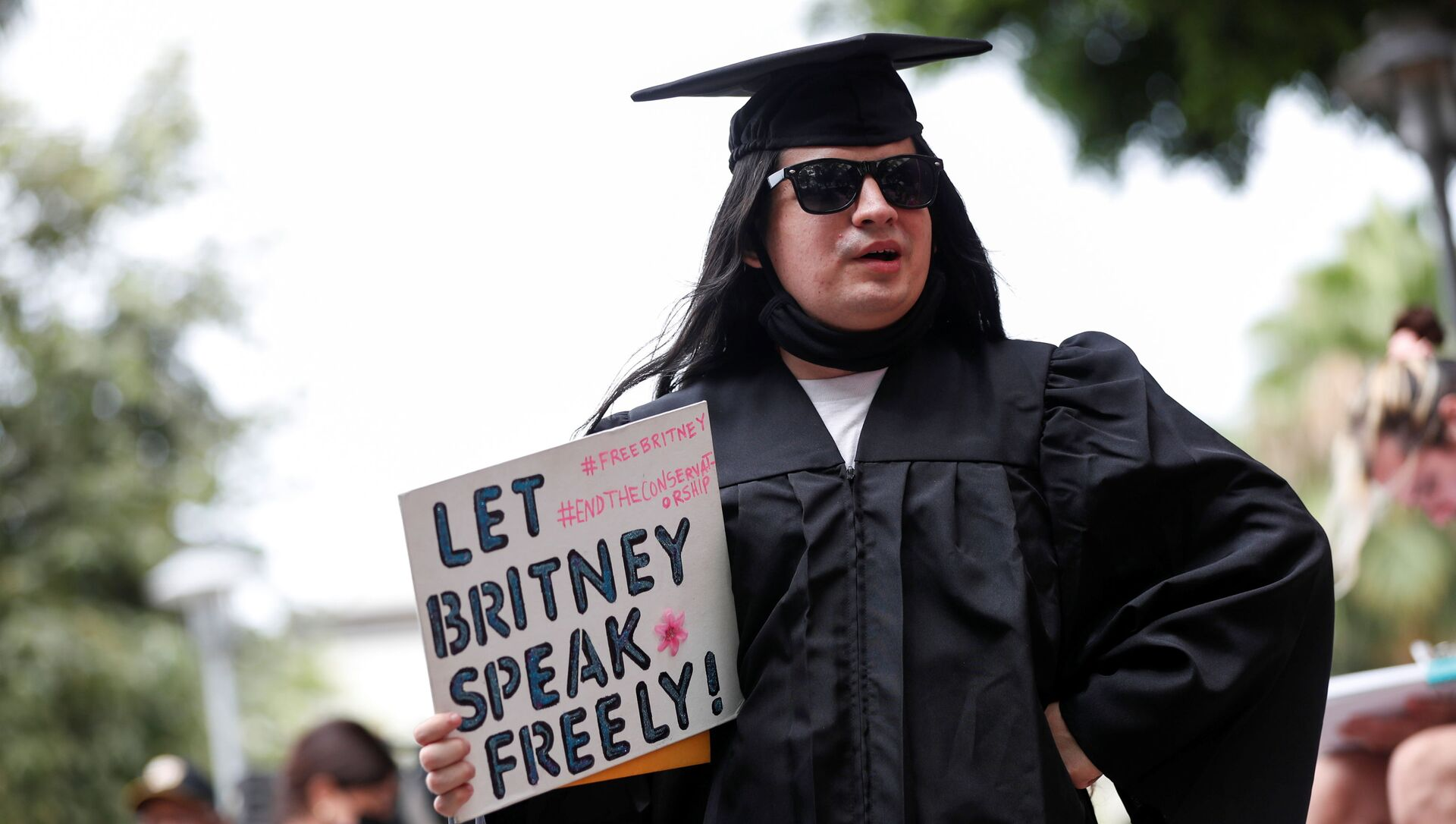 William Henry holds a sign in support of pop star Britney Spears on the day of a conservatorship case hearing at Stanley Mosk Courthouse in Los Angeles, California, U.S., July 26, 2021 - Sputnik International, 1920, 27.07.2021