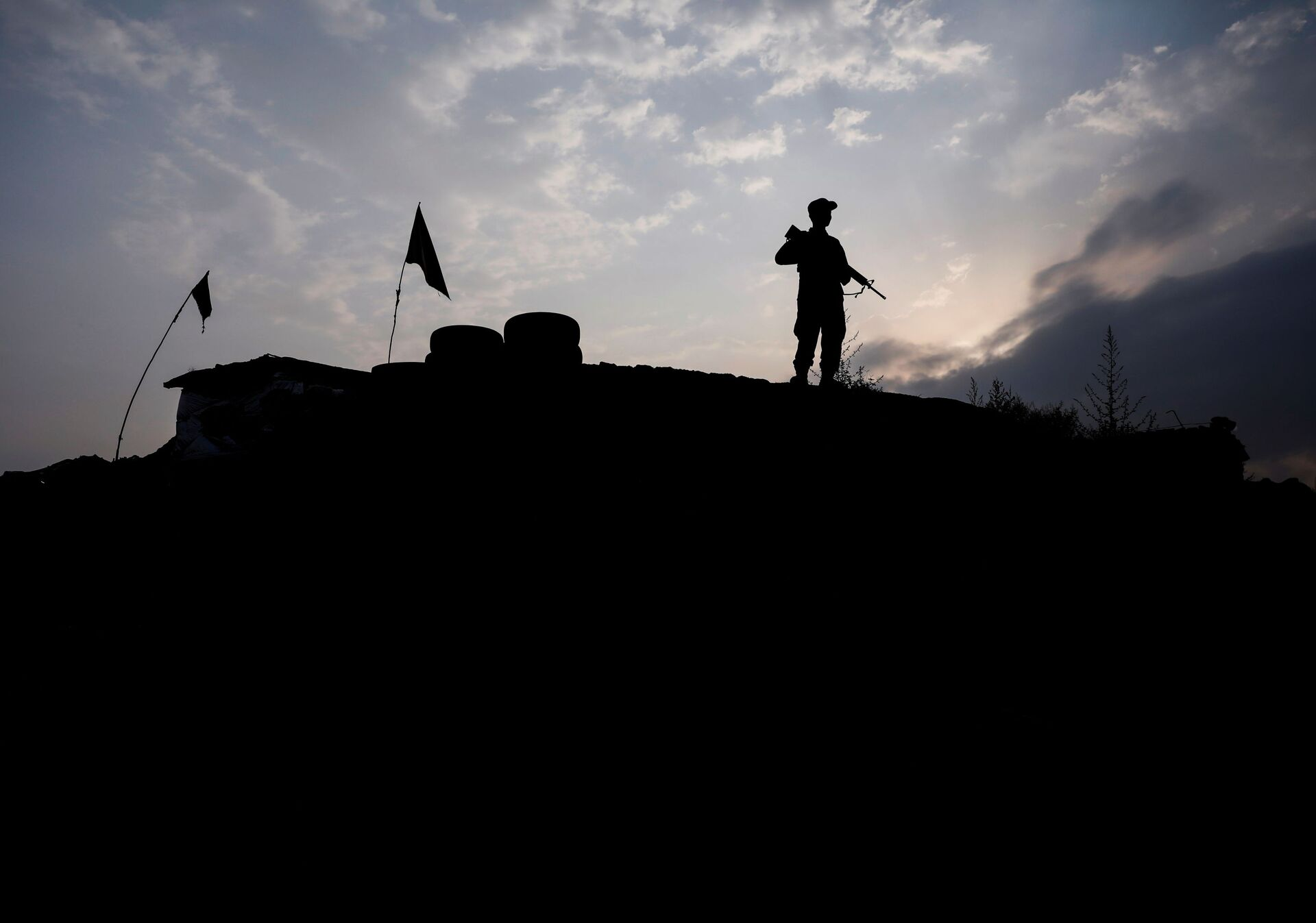An Afghan police officer keeps watch at the check post on the outskirts of Kabul, Afghanistan July 13, 2021. - Sputnik International, 1920, 07.09.2021