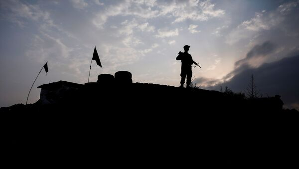 An Afghan police officer keeps watch at the check post on the outskirts of Kabul, Afghanistan July 13, 2021. - Sputnik International