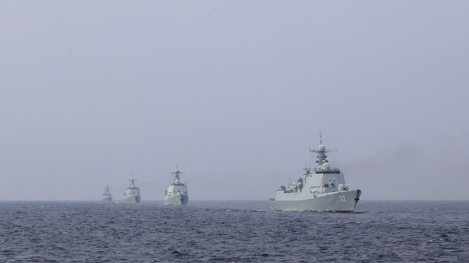 A destroyer formation leading by the Type 052 guided-missile destroyer Kunming (Hull 172) steams at an undisclosed sea area during a maritime actual combat training exercise in late April, 2018. They are attached to a destroyer flotilla with the navy under the PLA Southern Theater Command. - Sputnik International, 1920, 27.07.2021