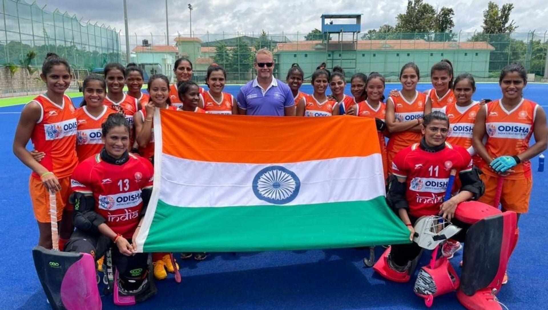 Sjoerd Marijne with Indian women hockey team - Sputnik International, 1920, 28.07.2021