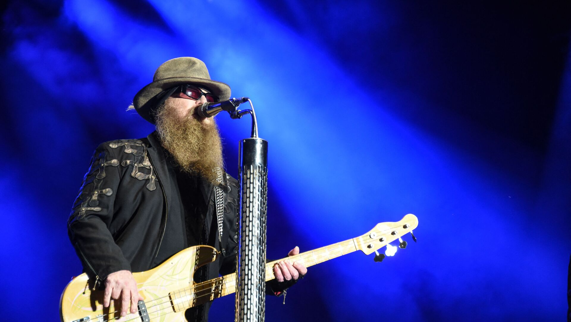 Member of the US band ZZ Top, Dusty Hill performs on the stage during the 28th Eurockeennes rock music festival on July 3, 2016 in Belfort, eastern France. - Sputnik International, 1920, 28.07.2021