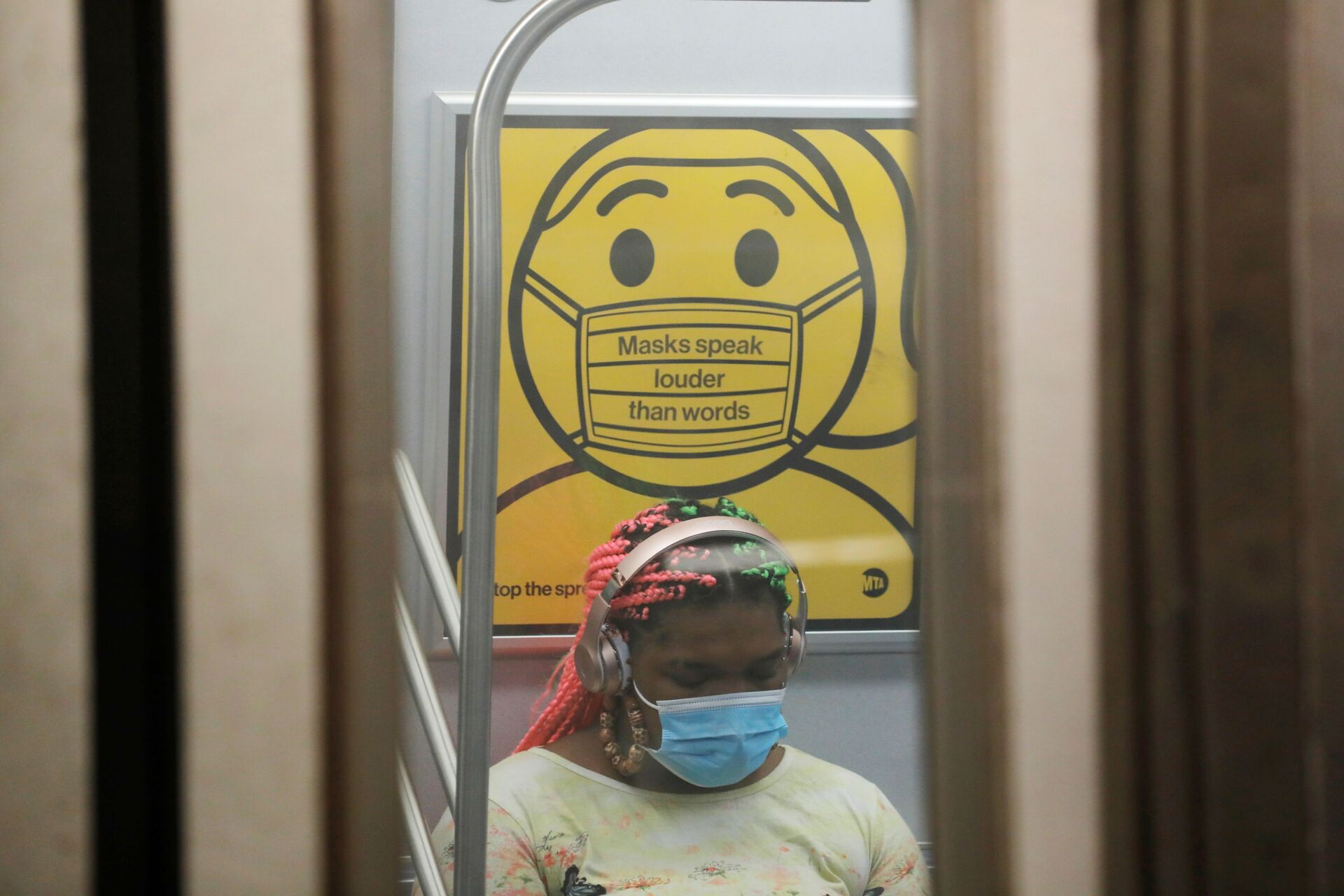 A commuter wears a mask under public safety signage as cases of the infectious coronavirus Delta variant continue to rise in New York City, New York, U.S., July 26, 2021. REUTERS/Andrew Kelly - Sputnik International, 1920, 07.09.2021