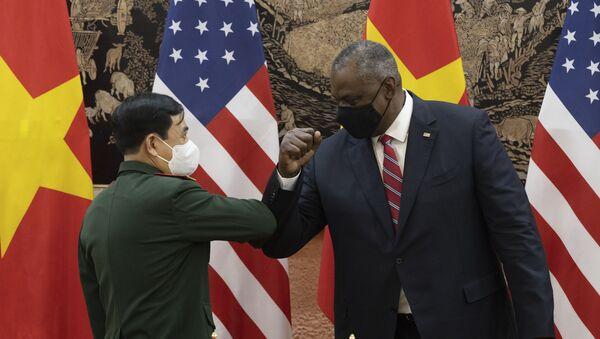 Secretary of Defense Lloyd J. Austin III and Vietnamese Defense Minister Phan Van Giang  bump elbows after the signing the Vietnamese Wartime Accounting Initiative Memorandum of Understanding between the two countries in Hanoi, Vietnam, July 29, 2021. - Sputnik International
