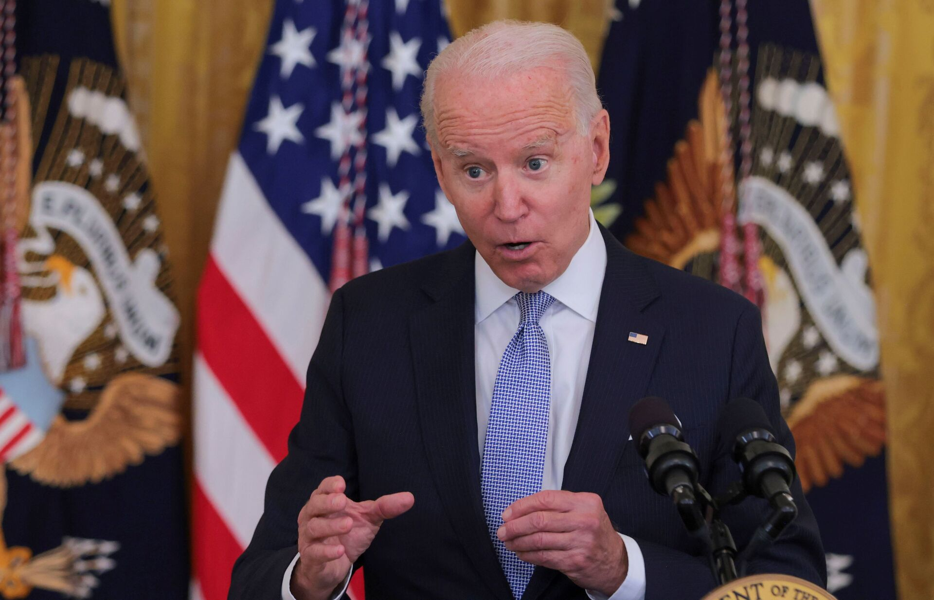 U.S. President Joe Biden answers questions about the pace of coronavirus disease (COVID-19) vaccinations during remarks at the White House in Washington - Sputnik International, 1920, 07.09.2021