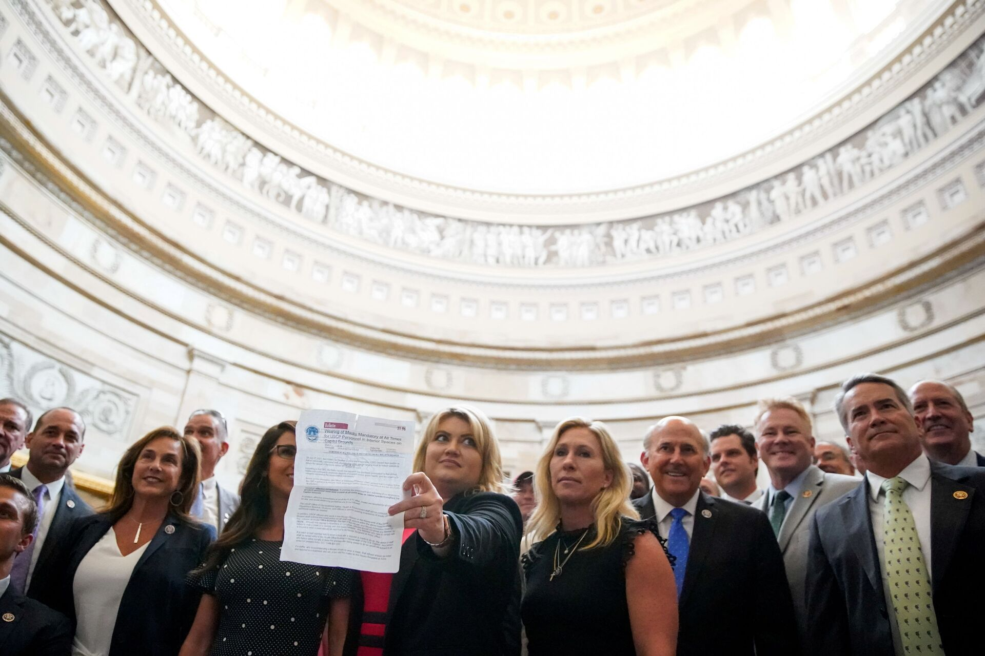 U.S. Rep. Kat Cammack (R-FL) holds up a Capitol Police bulletin requiring masks be worn in interior spaces on the Capitol grounds due to coronavirus disease (COVID-19) during a photo with House Republicans who oppose mask mandates before the group marched to the Senate chamber at the U.S. Capitol in Washington, U.S., July 29, 2021 - Sputnik International, 1920, 07.09.2021