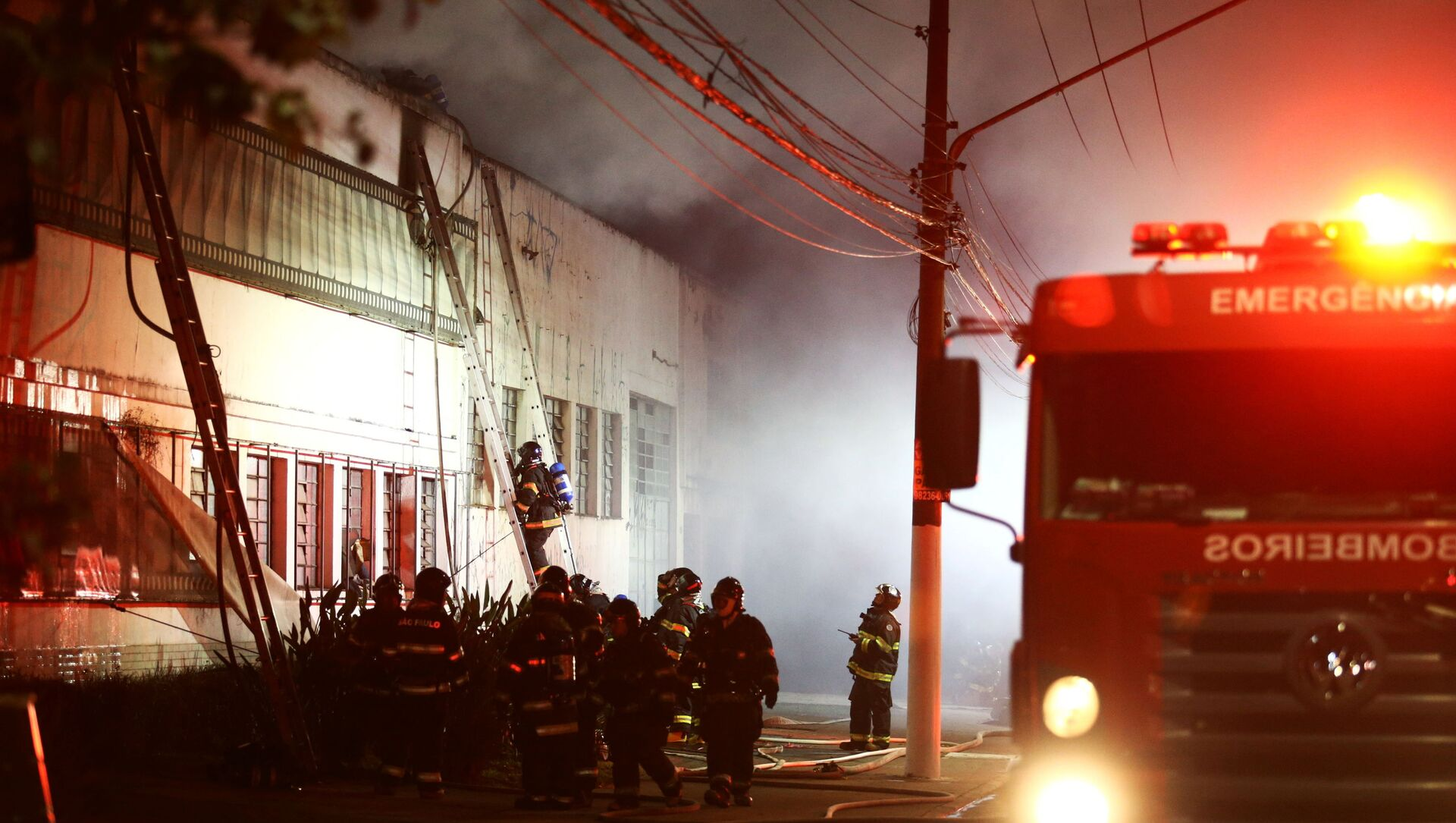 Firefighters work to put out fire at the Cinemateca Brasileira, an institution responsible for preserving audiovisual production, in Sao Paulo, Brazil July 29, 2021 - Sputnik International, 1920, 30.07.2021