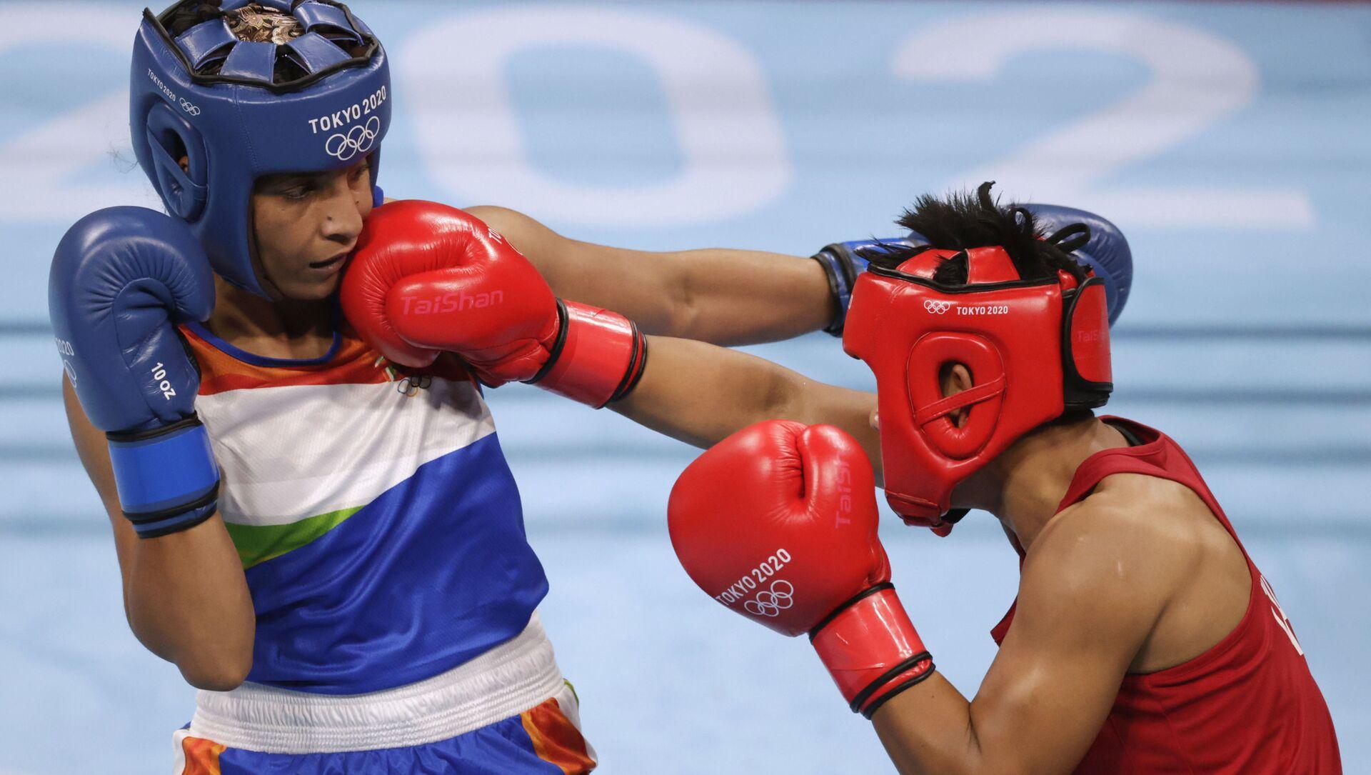 Tokyo 2020 Olympics - Boxing - Women's Lightweight - Last 16 - Kokugikan Arena - Tokyo, Japan - July 30, 2021.   Simranjit Kaur Baatth of India and Sudaporn Seesondee of Thailand in action.  - Sputnik International, 1920, 30.07.2021