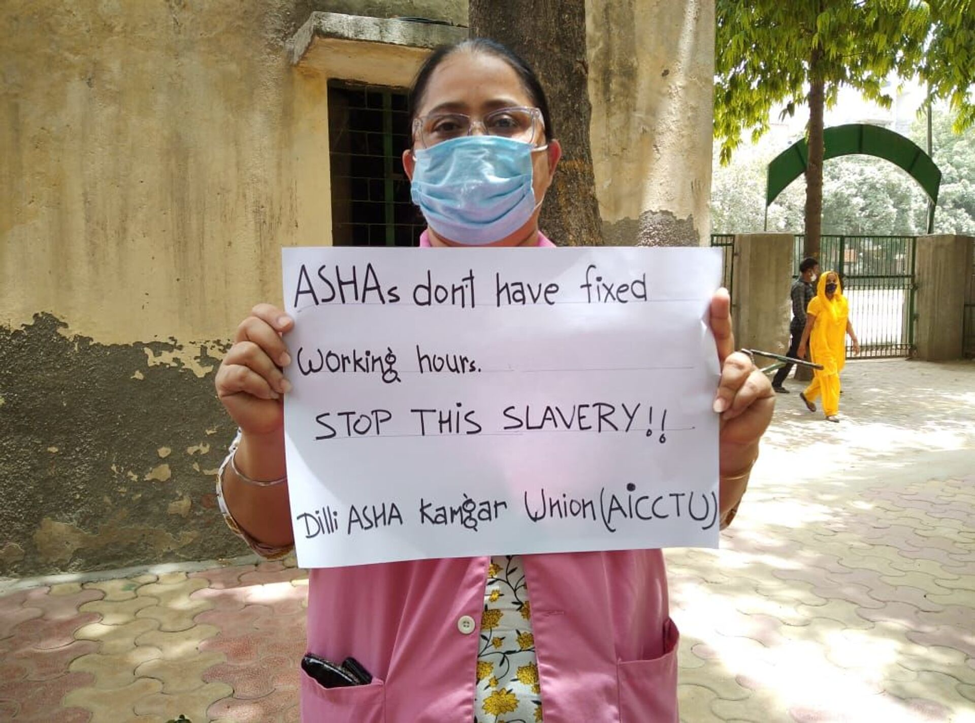An ASHA worker holds a banner, ASHAs don't have fixed working hours. Stop this slavery! - Sputnik International, 1920, 07.09.2021