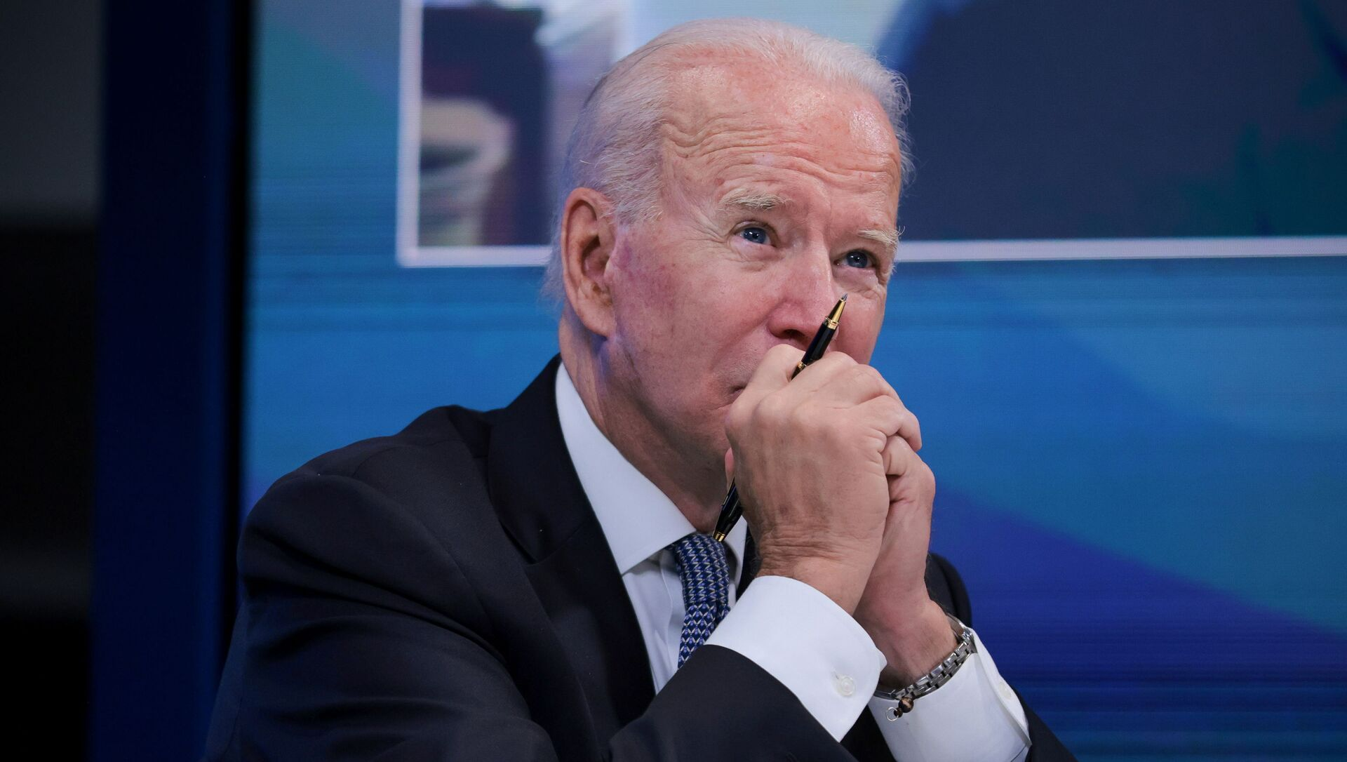 U.S. President Joe Biden meets with governors virtually to discuss efforts to strengthen wildfire prevention, preparedness and response efforts, at the South Court Auditorium at the White House complex in Washington, U.S., July 30, 2021 - Sputnik International, 1920, 30.07.2021