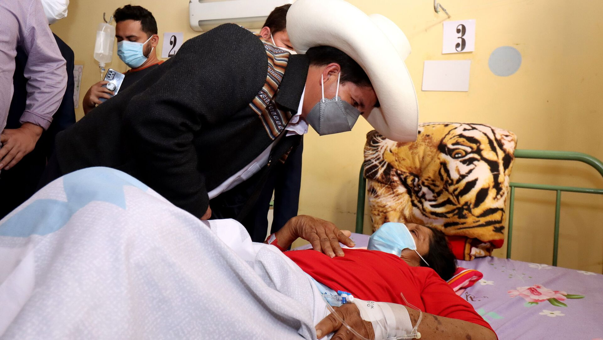 Peru's President Pedro Castillo talks to a patient who was injured during an earthquake, at a hospital in Sullana, Peru July 30, 2021 - Sputnik International, 1920, 31.07.2021