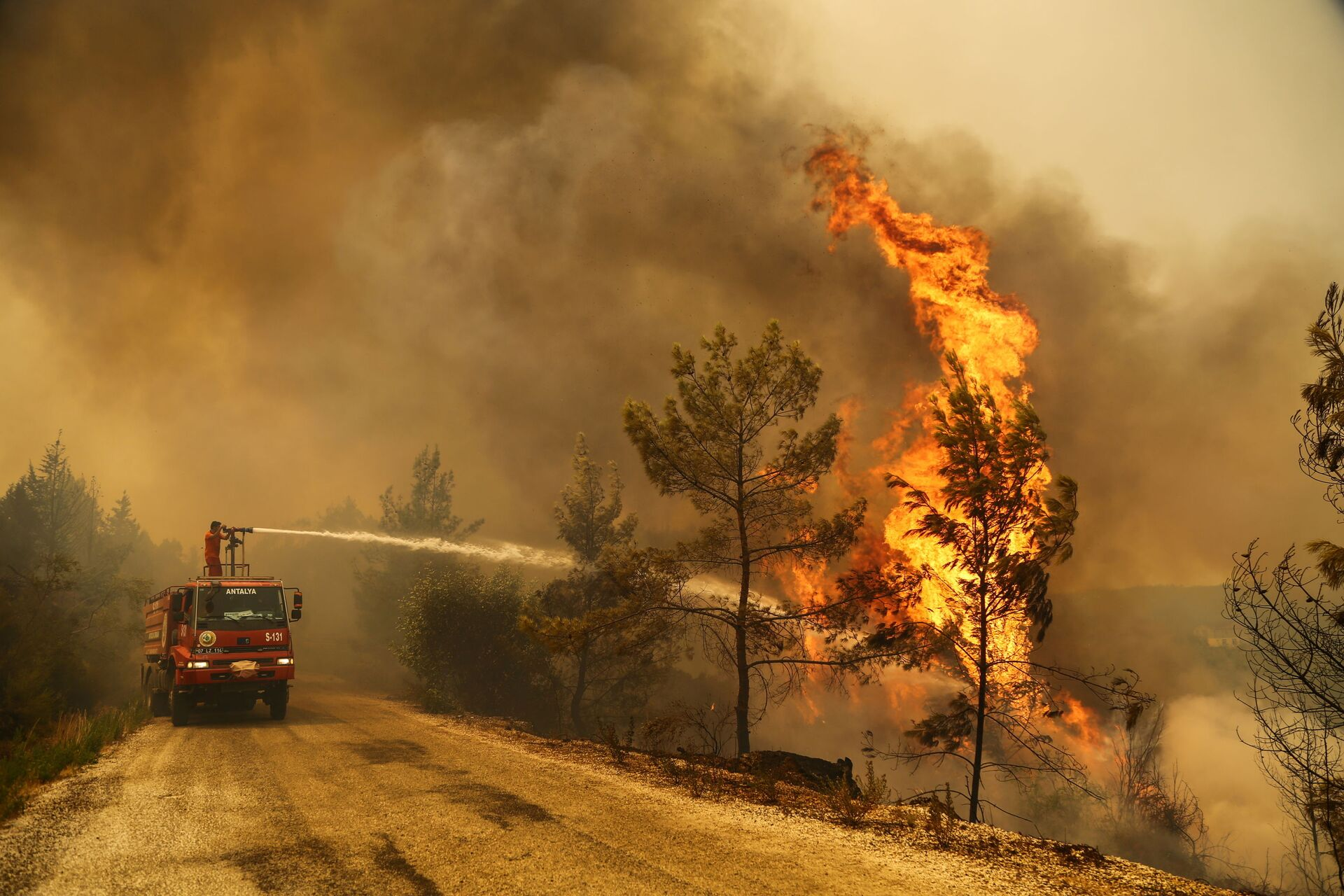 A firefighter extinguishes a forest fire near the town of Manavgat, east of the resort city of Antalya, Turkey, July 30, 2021. REUTERS/Kaan Soyturk - Sputnik International, 1920, 07.09.2021