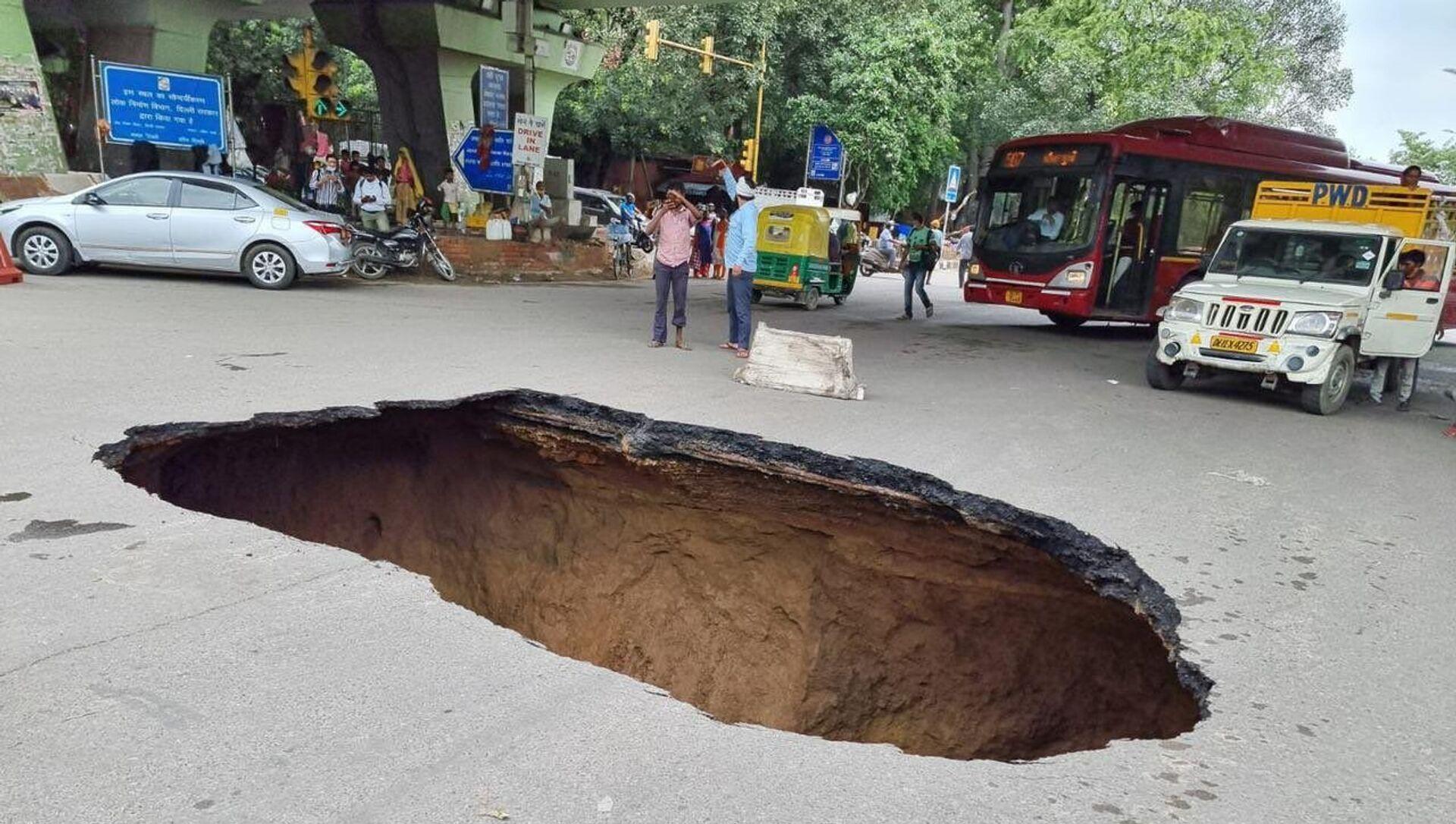 New Delhi Suffers Traffic Disruption as Massive Sinkhole Appears on City Street - Photos - Sputnik International, 1920, 31.07.2021