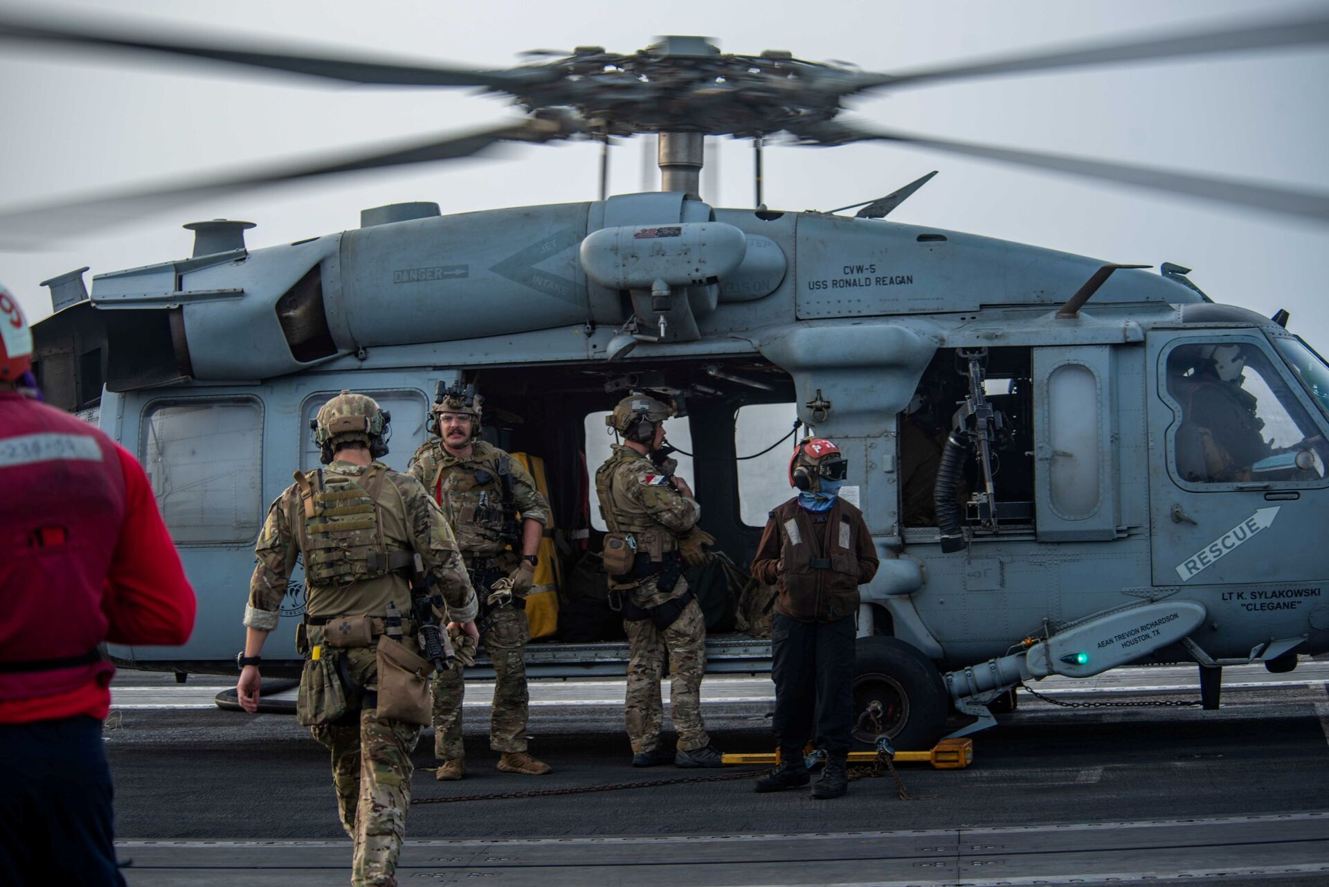 Sailors assigned to Explosive Ordnance Disposal Mobile Unit (EODMU) 5 board an MH-60S Sea Hawk helicopter, attached to the Golden Falcons of Helicopter Sea Combat Squadron (HSC) 12, are seen on the flight deck of aircraft carrier USS Ronald Reagan (CVN 76), in response to a call for assistance from the Mercer Street, a Japanese-owned Liberian-flagged tanker managed by Israeli-owned Zodiac Maritime, in the Arabian Sea July 30, 2021. Picture taken July 30, 2021. U.S. - Sputnik International, 1920, 07.09.2021