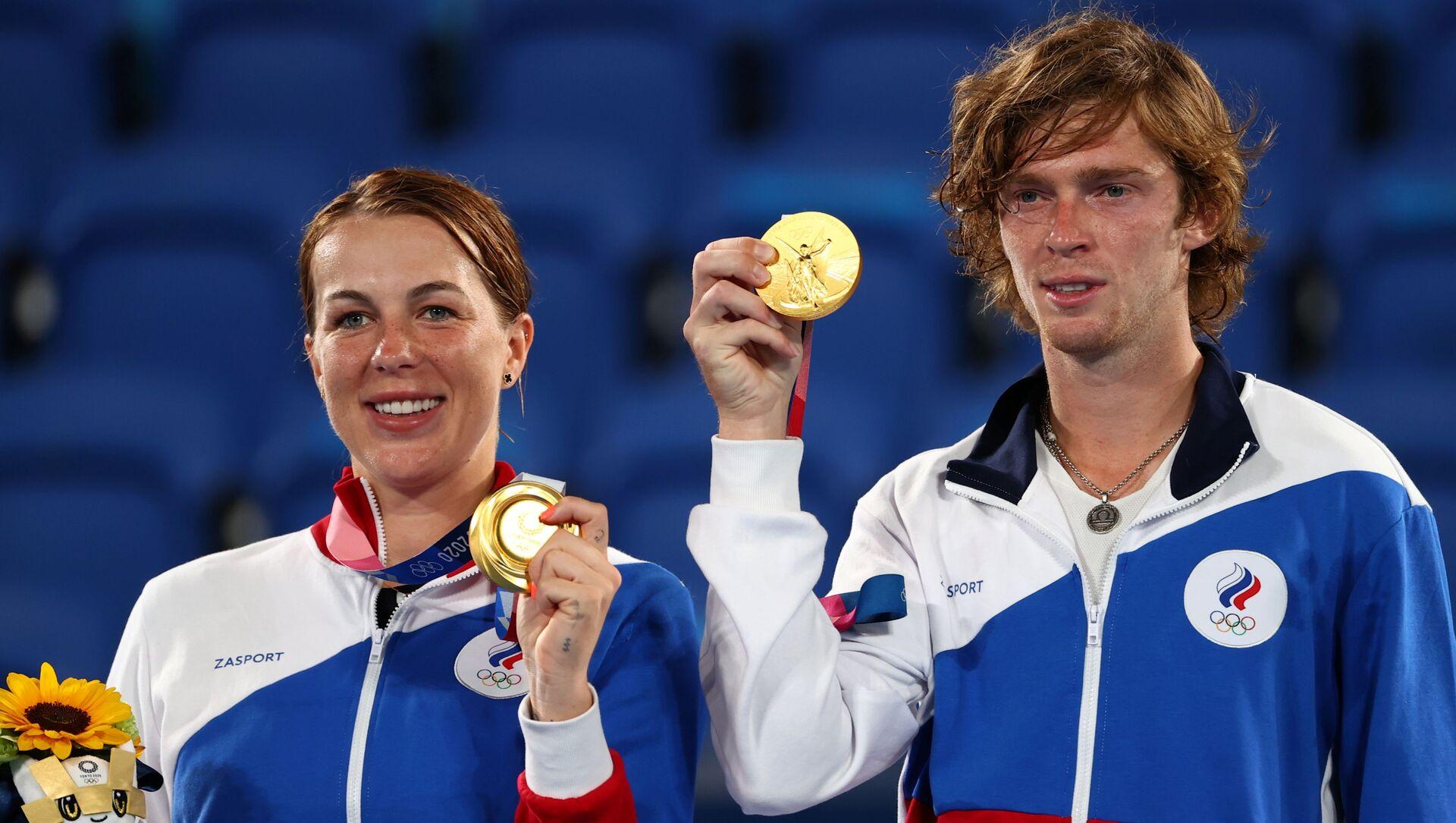 old medallists Anastasia Pavlyuchenkova and Andrey Rublev of the Russian Olympic Committee on the podium REUTERS/Stoyan Nenov - Sputnik International, 1920, 01.08.2021