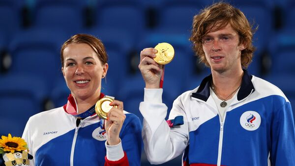 old medallists Anastasia Pavlyuchenkova and Andrey Rublev of the Russian Olympic Committee on the podium REUTERS/Stoyan Nenov - Sputnik International