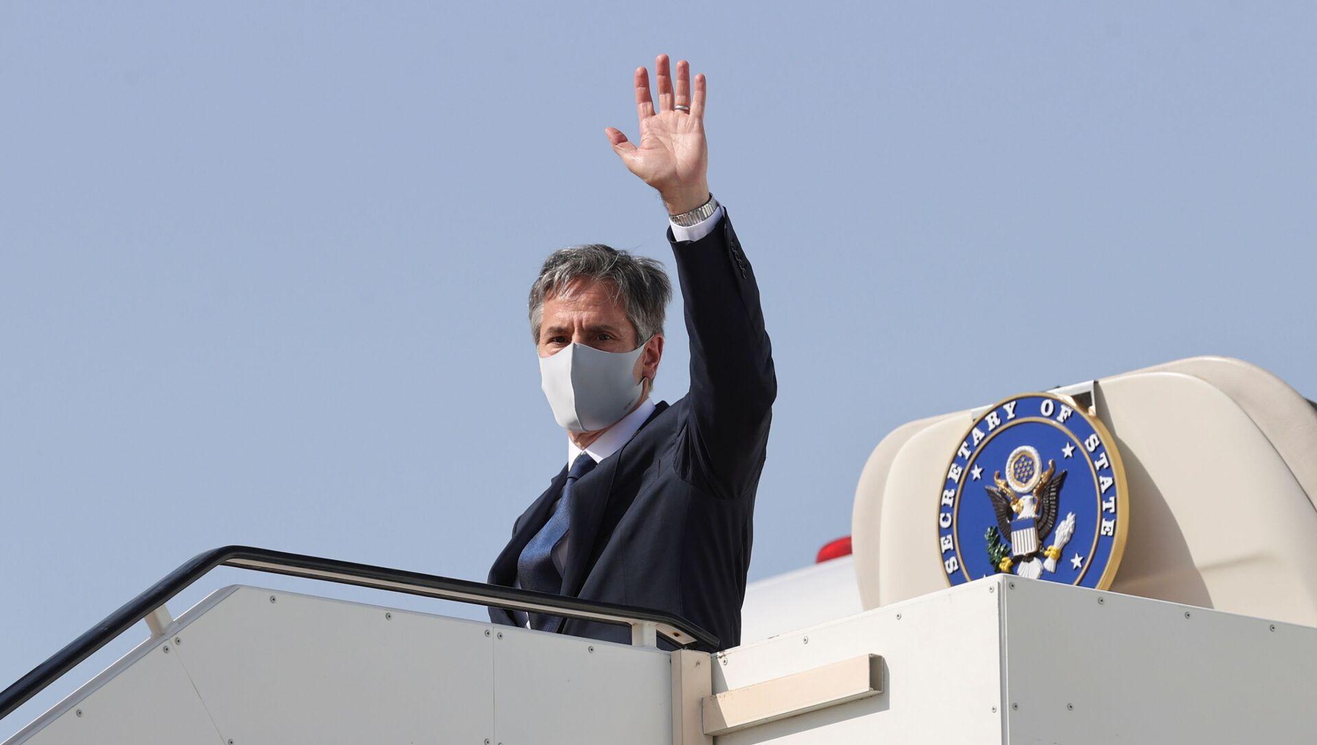 U.S. Secretary of State Antony Blinken boards his plane to depart for his return to the United States from Kuwait International Airport in Kuwait City, Kuwait, July 29, 2021 - Sputnik International, 1920, 01.08.2021