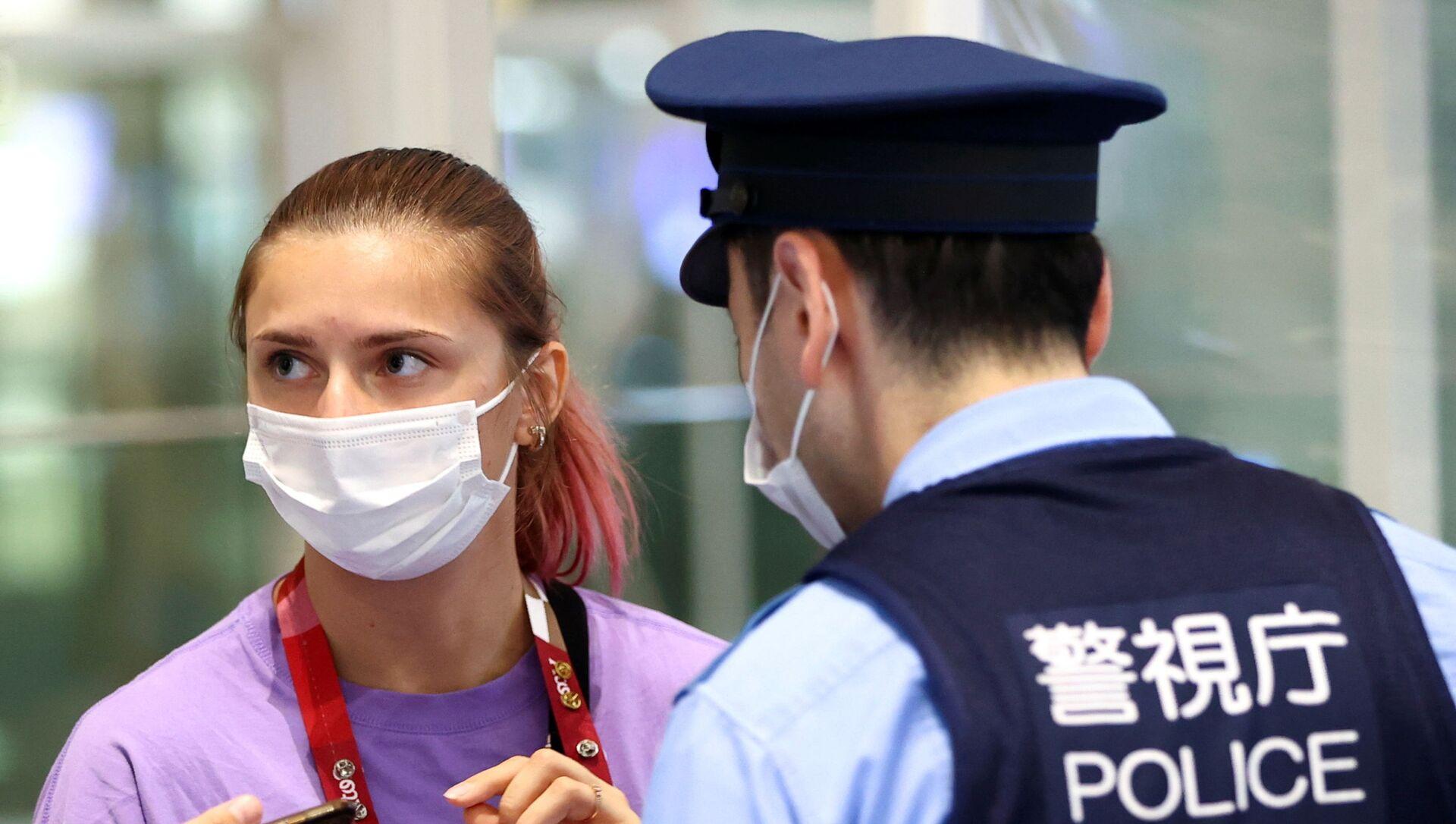 Belarusian sprinter Krystina Tsimanouskaya talks with police officers at Haneda international airport in Tokyo, Japan - Sputnik International, 1920, 02.08.2021