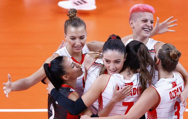 Zehra Gunes of Turkey celebrates with teammates after defeating the Chinese team in women's volleyball.  - Sputnik International