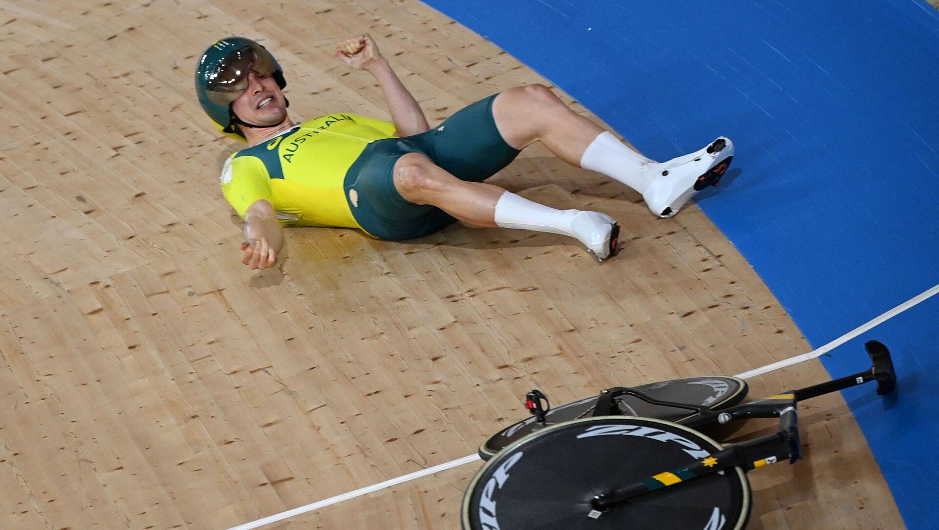 Australia's Alexander Porter reacts after crashing during the men's track cycling team pursuit qualifying event during the Tokyo 2020 Olympic Games at Izu Velodrome in Izu, Japan, on 2 August 2021. - Sputnik International, 1920, 02.08.2021