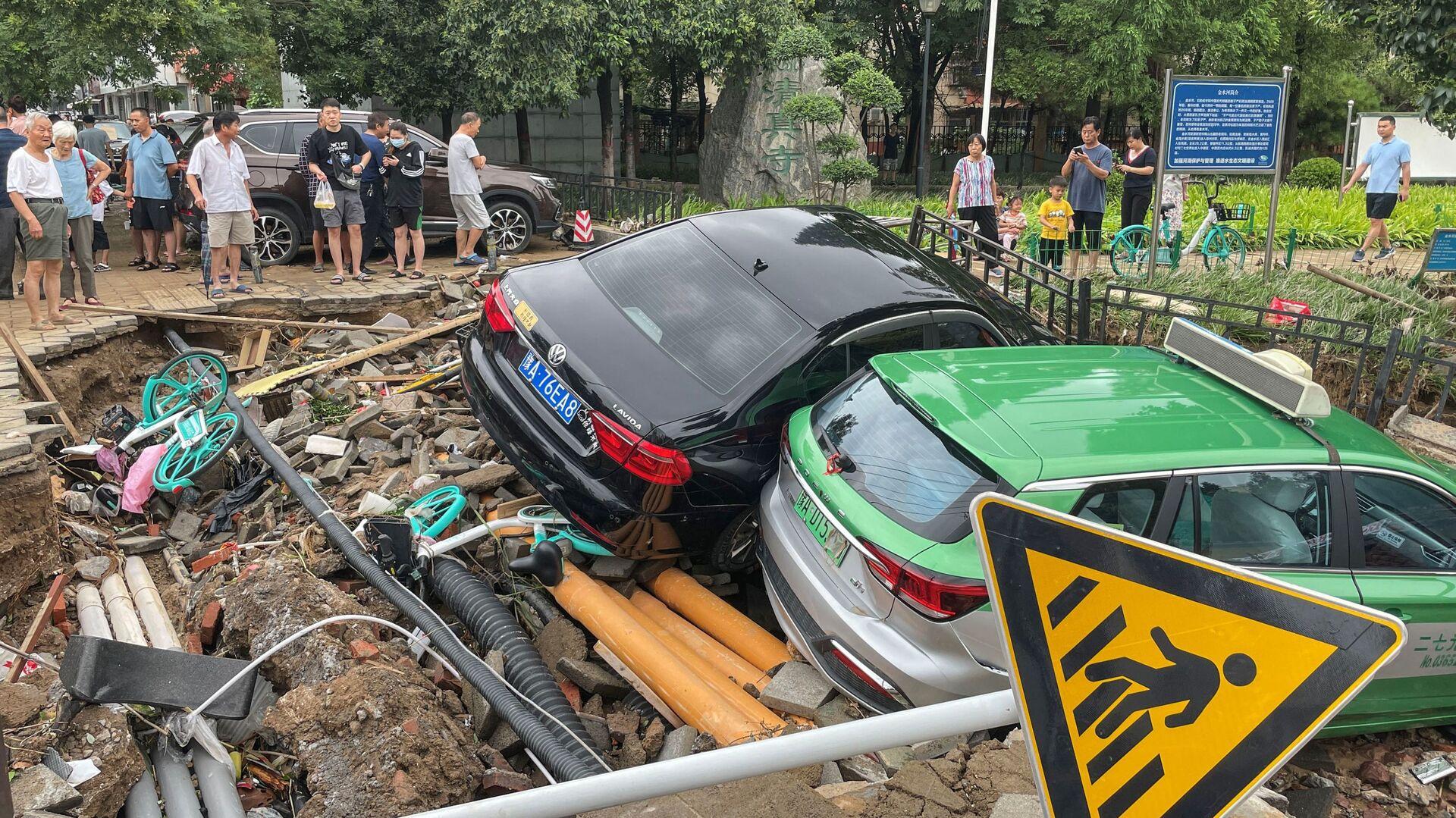 Damaged cars rest on debris after heavy rains hit the city of Zhengzhou causing floods in China's central Henan province on July 21, 2021.  - Sputnik International, 1920, 02.08.2021