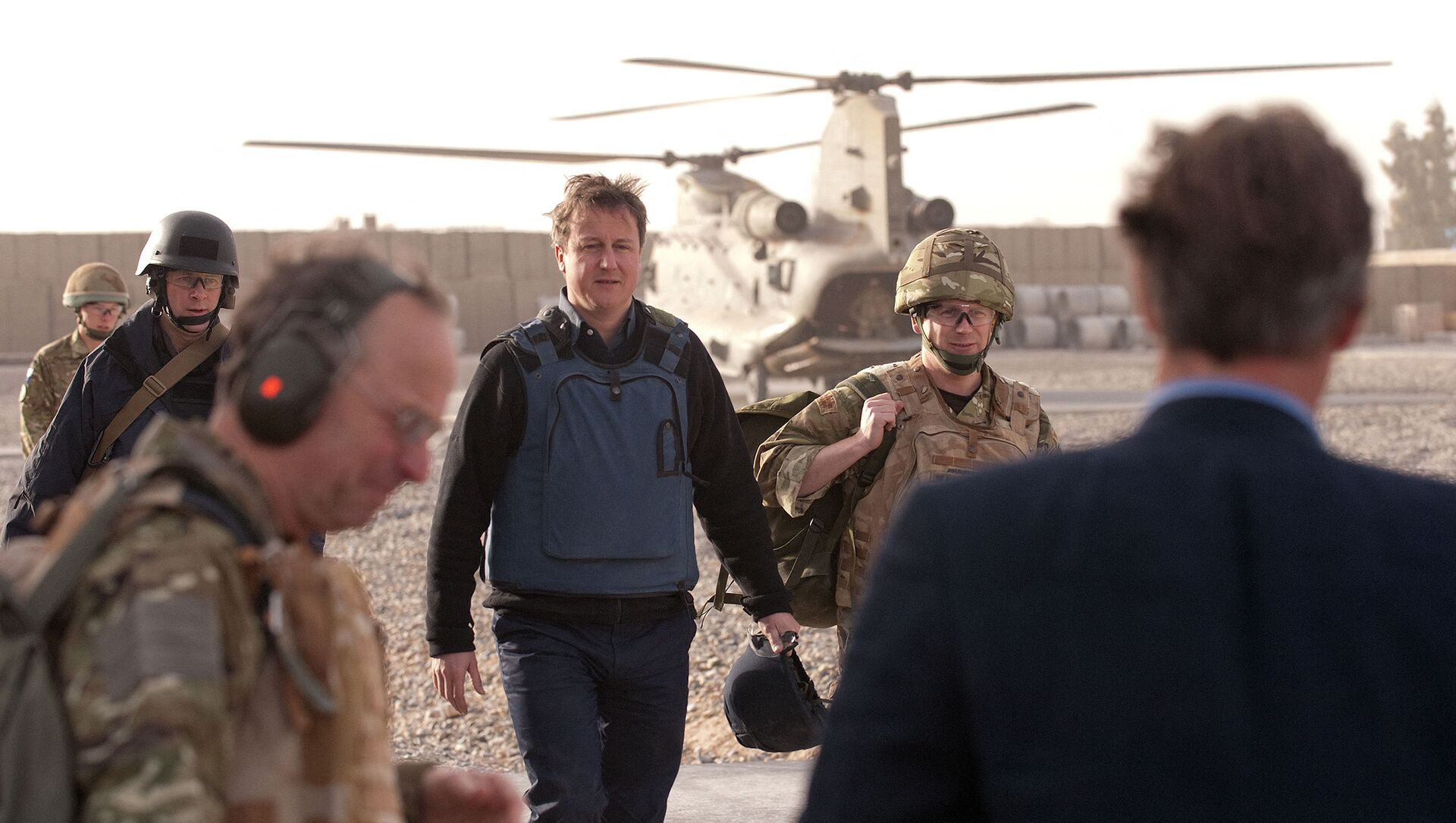 British Prime Minister David Cameron (C) arrives at Lashkar Gah base in Afghanistan on December 6, 2010. Cameron has made an unannounced trip to Afghanistan to demonstrate the growing stability in the country and to see how troops are helping to train up the Afghan security services.  - Sputnik International, 1920, 03.08.2021