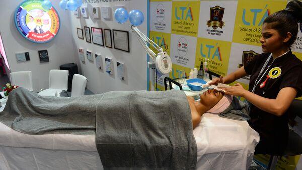 An Indian guest enjoys a massage at an international beauty and make-up expo in New Delhi on August 8, 2016.  - Sputnik International