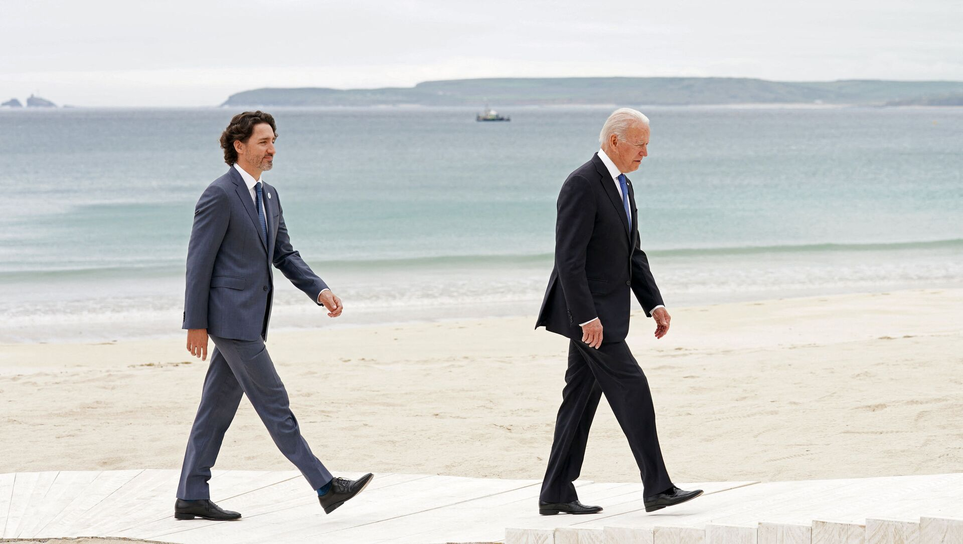 Canada's Prime Minister Justin Trudeau (L) and US President Joe Biden arrive to pose for the family photo during the G7 summit in Carbis Bay, Cornwall, south-west England on 11 June 2021. - Sputnik International, 1920, 03.08.2021