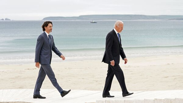 Canada's Prime Minister Justin Trudeau (L) and US President Joe Biden arrive to pose for the family photo during the G7 summit in Carbis Bay, Cornwall, south-west England on 11 June 2021. - Sputnik International