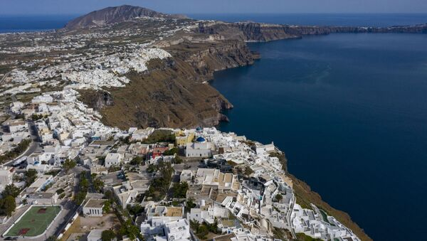 An aerial view taken on June 15, 2020 shows the town of Oia and Thyra on the island of Santorini as tourists from around 30 countries return to Greece by air, sea and land - Sputnik International