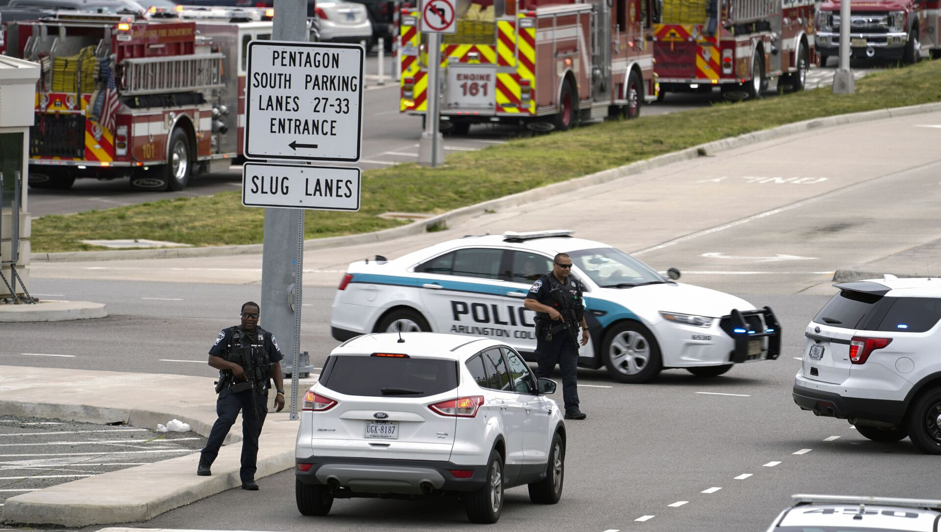 Emergency vehicles are seen outside the Pentagon Metro area Tuesday, Aug. 3, 2021, at the Pentagon in Washington. The Pentagon is on lockdown after multiple gunshots were fired near a platform by the facility's Metro station. - Sputnik International, 1920, 03.08.2021