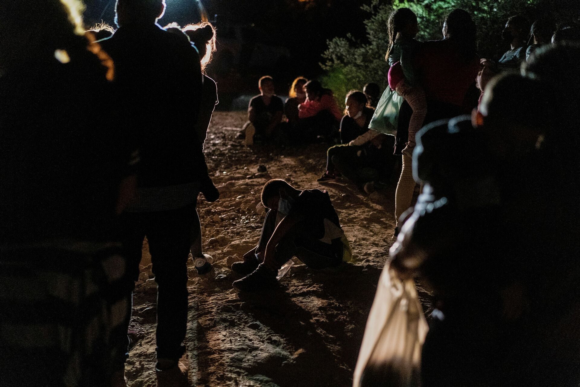 Asylum-seeking migrant families from Central America wait to be processed by the U.S. Border Patrol agents after crossing the Rio Grande river into the United States of America from Mexico in Roma, Texas, U.S., July 28, 2021. - Sputnik International, 1920, 07.09.2021