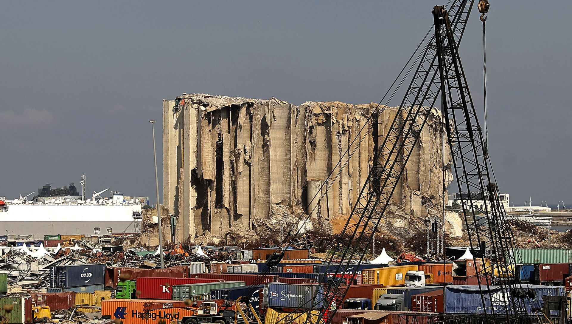 A general view shows the damaged grain silos at the port on 4 August 2021, as Lebanon marks a year since a cataclysmic explosion ravaged the capital Beirut. - Sputnik International, 1920, 04.08.2021