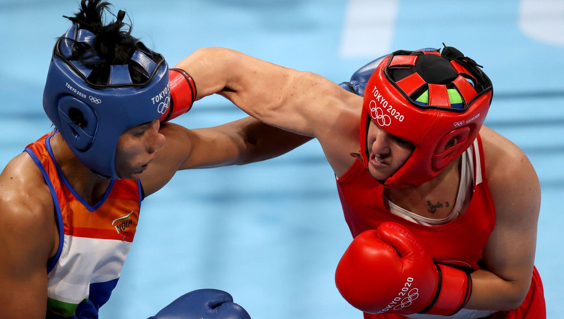 Tokyo 2020 Olympics -  Boxing - Women's Welterweight - Semifinal - Kokugikan Arena - Tokyo, Japan - 4 August 2021 - Busenaz Surmeneli of Turkey in action against Lovlina Borgohain of India  - Sputnik International, 1920, 04.08.2021