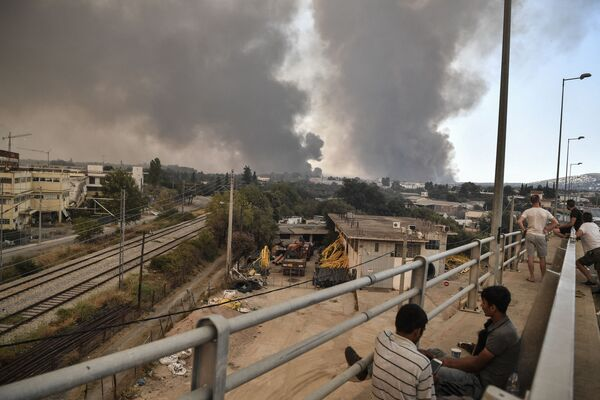 People watch a massive forest fire north of Athens. A forest fire broke out on 3 August 2021, cutting a section of the main motorway linking Athens to northern and southern Greece. - Sputnik International
