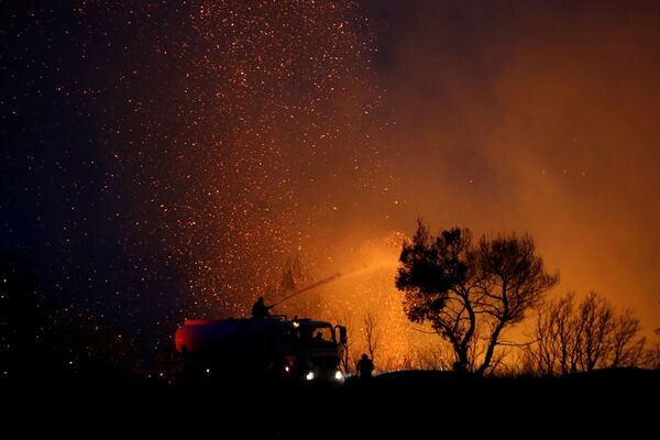 Firefighters try to extinguish a wildfire in Varympompi, a suburb north of Athens, Greece, 3 August 2021.  - Sputnik International