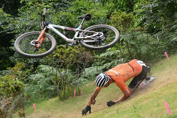 The Netherlands' Mathieu Van Der Poel crashes during the cycling mountain bike men's cross-country event at the Izu MTB Course in Izu on July 26, 2021.  - Sputnik International