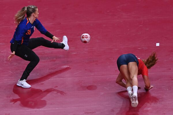 Dutch goalkeeper Tess Wester (L) stops a ball past Norway's leftwing Camilla Herrem while falling during the women's preliminary round group A handball match between Norway and The Netherlands of the Tokyo 2020 Olympic Games at the Yoyogi National Stadium in Tokyo on July 31, 2021.  - Sputnik International