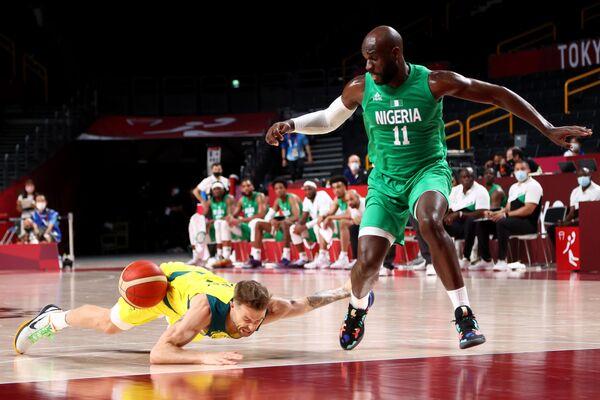 Nathan Sobey of Australia falls close to Obi Emegano of Nigeria during a men's Group B basketball match. - Sputnik International
