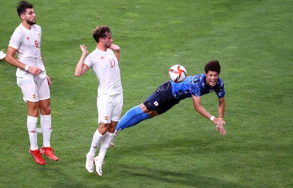 Hiroki Sakai of Japan and Javier Puado of Spain during the men's football semifinal. - Sputnik International