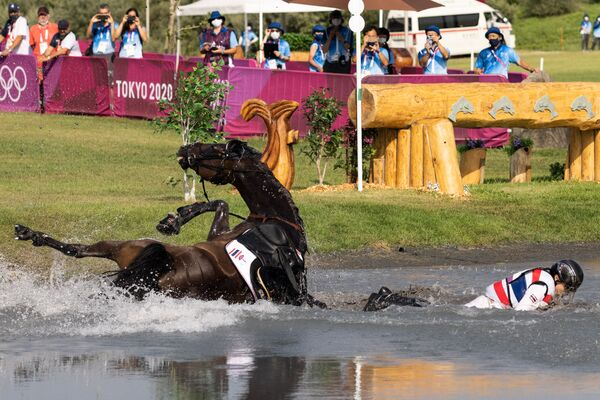 Thailand's Arinadtha Chavatanont and Boleybawn Prince fall during the equestrian's eventing team and individual cross country. - Sputnik International