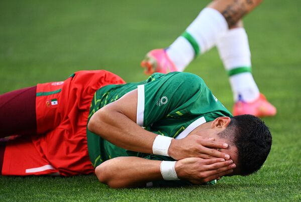 Mexico's forward Uriel Antuna reacts in pain after a collision during the Tokyo 2020 Olympic Games men's semi-final football match between Mexico and Brazil. - Sputnik International