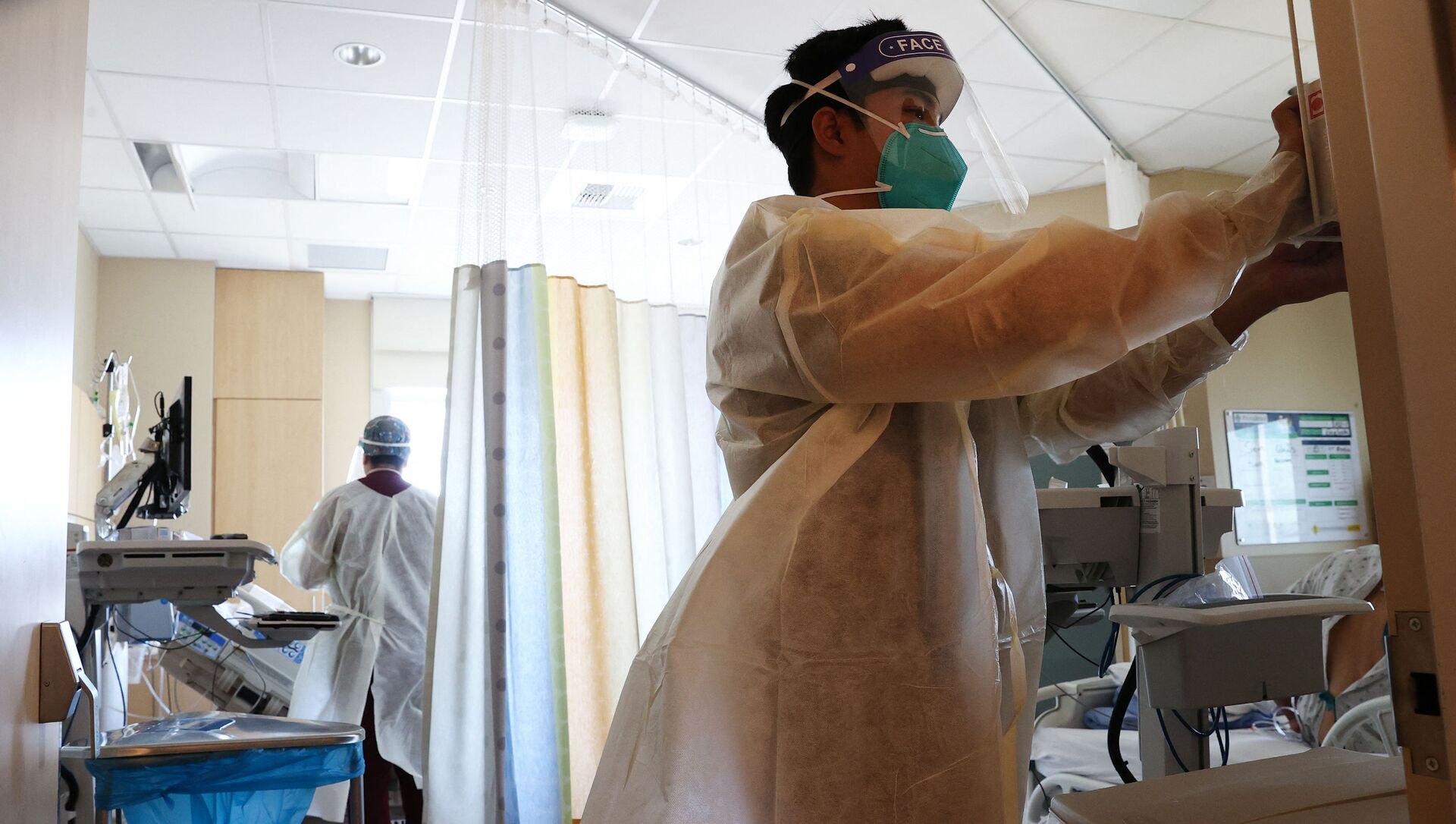 Clinicians work while caring for COVID-19 patients in the improvised COVID-19 unit at Providence Holy Cross Medical Center in the Mission Hills neighborhood on July 30, 2021 in Los Angeles, California. - Sputnik International, 1920, 05.08.2021