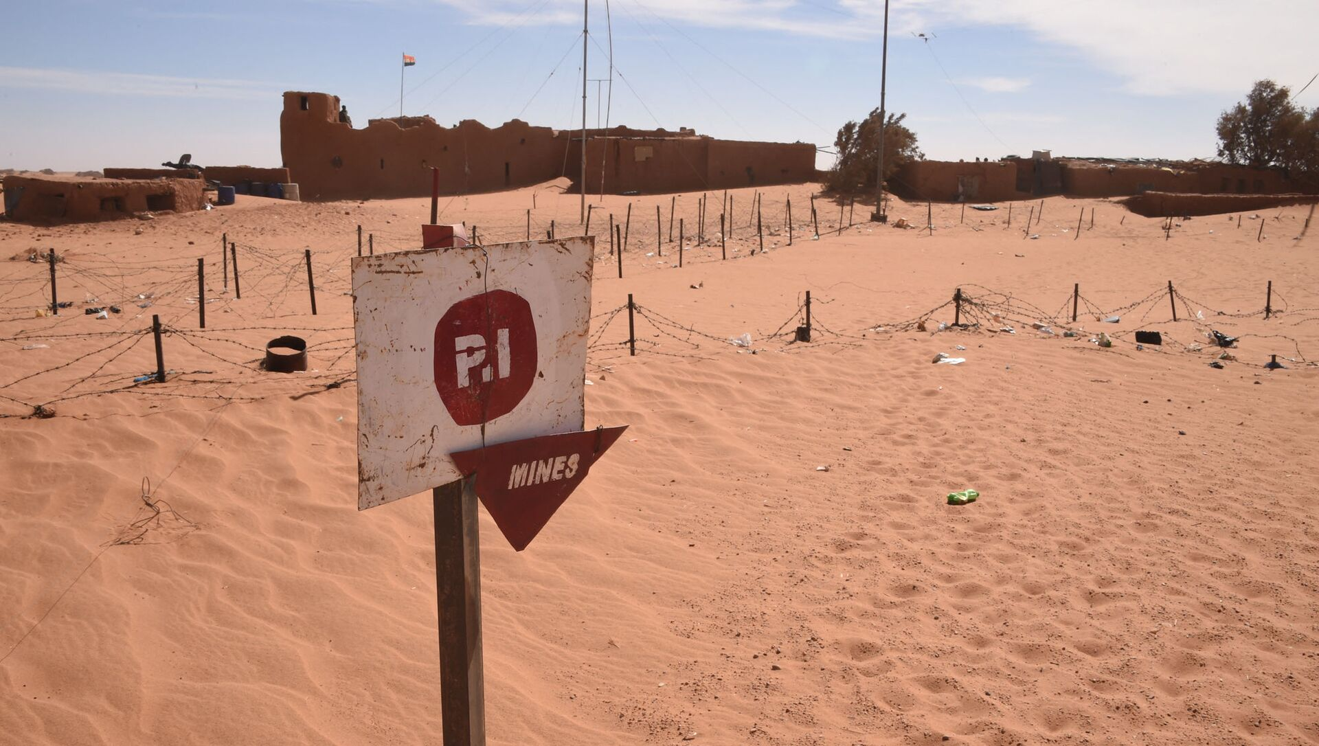 A picture taken in Madama near the border with Lybia on January 1, 2015 shows a board warning against landmines. - Sputnik International, 1920, 04.08.2021