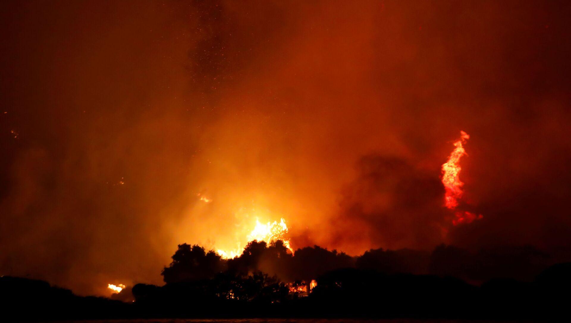 Night sky turns orange as Turkey's wildfires rage on at the shores of Cokertme village near Bodrum, Turkey, August 2, 2021. - Sputnik International, 1920, 04.08.2021