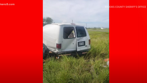 Several dead after van full of migrants crashes north of the Texas-Mexico border, authorities say - Sputnik International