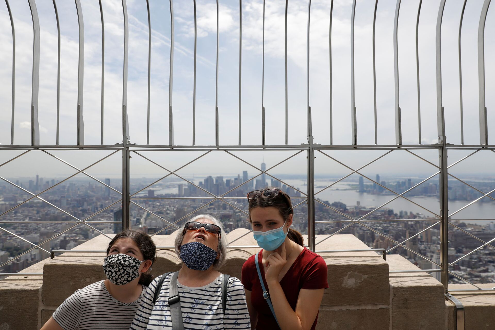 People in masks stand on the observation deck of the Empire State Building during the outbreak of the coronavirus disease (COVID-19) in New York City, U.S. - Sputnik International, 1920, 07.09.2021