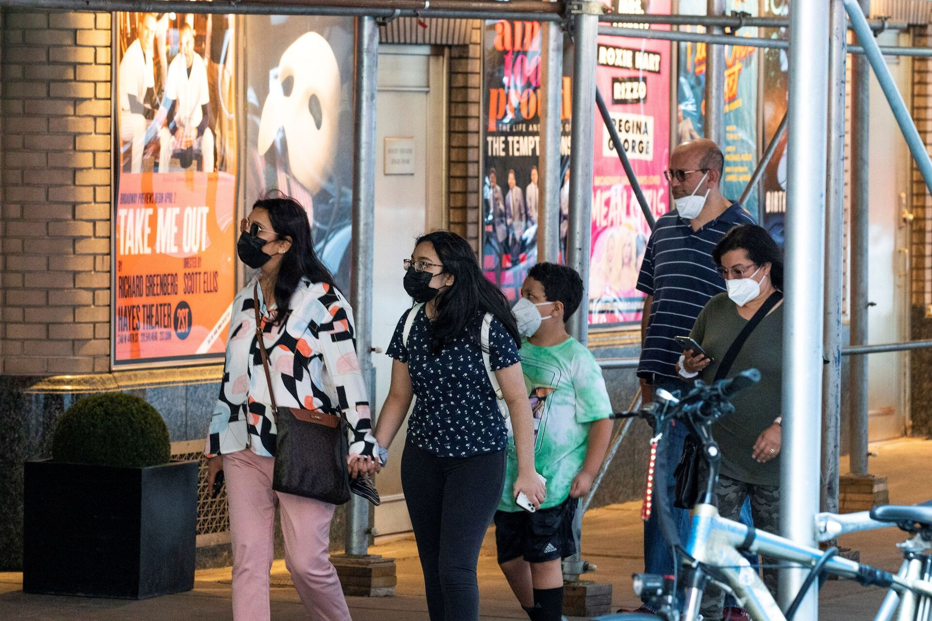 People walk near posters of theatre shows while they wear masks to prevent against the spread of the coronavirus disease (COVID-19), as the highly transmissible Delta variant has led to a surge in infections, in New York City, U.S - Sputnik International, 1920, 07.09.2021