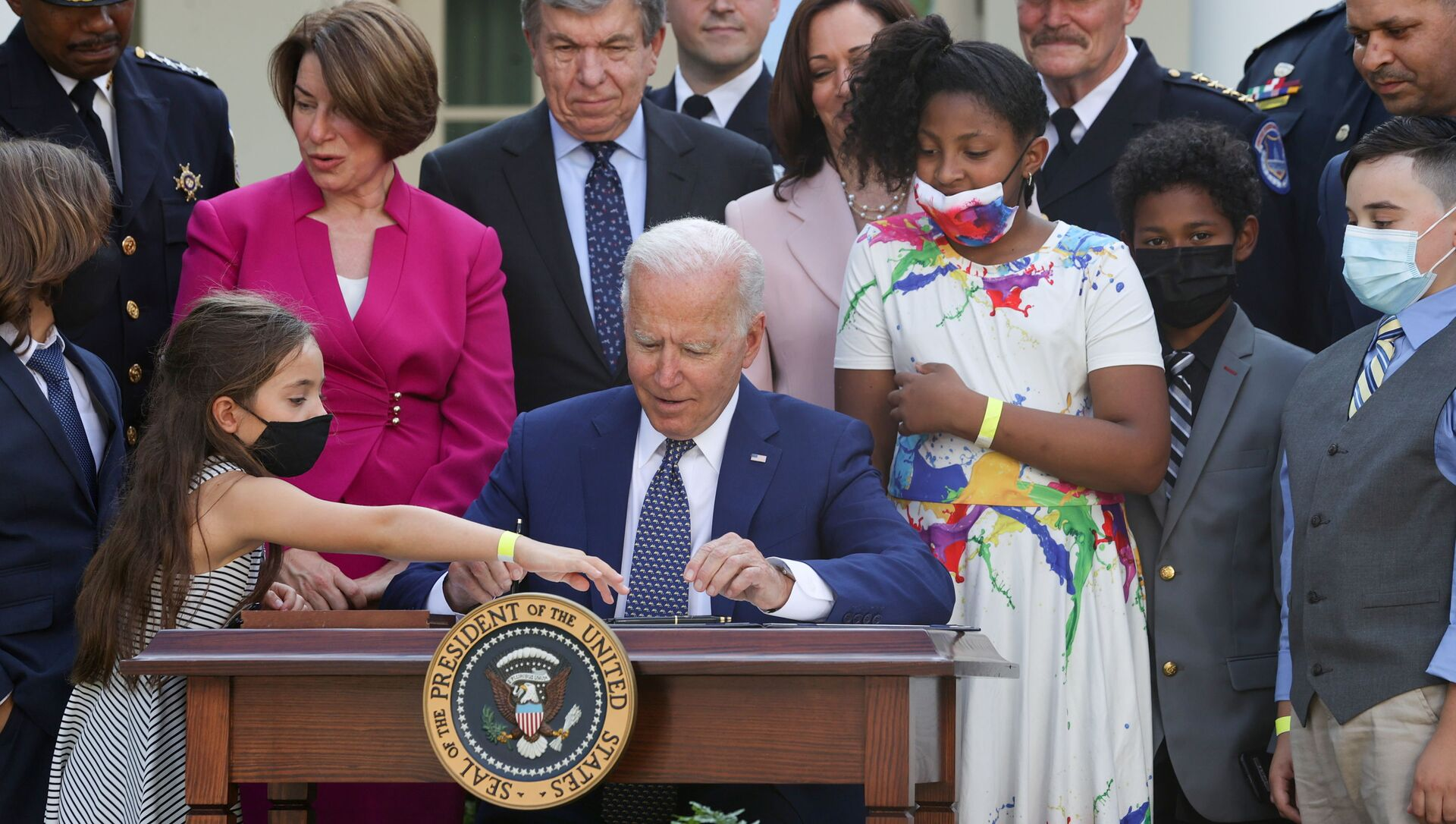 U.S. President Joe Biden is surrounded by members of Congress and family members of fallen police officers as he signs into law an act to award four Congressional Gold Medals to the United States Capitol Police, Washington Metro Police and those who protected the U.S. Capitol on January 6, at the White House in Washington, U.S. August 5, 2021. - Sputnik International, 1920, 05.08.2021